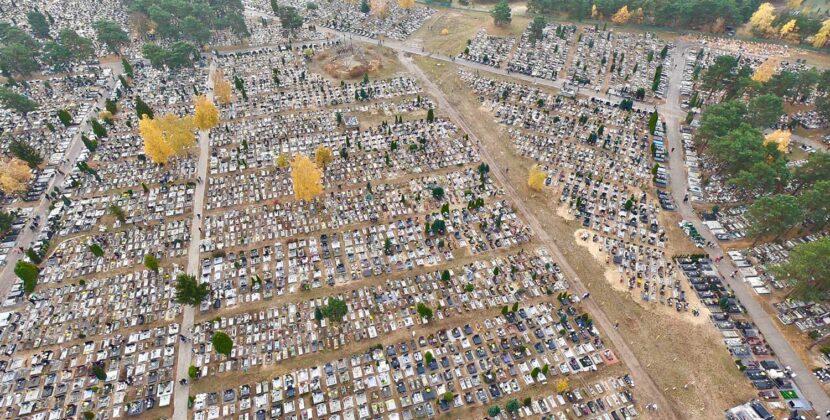 Zobacz cmentarz przy ulicy Wiślanej z lotu ptaka