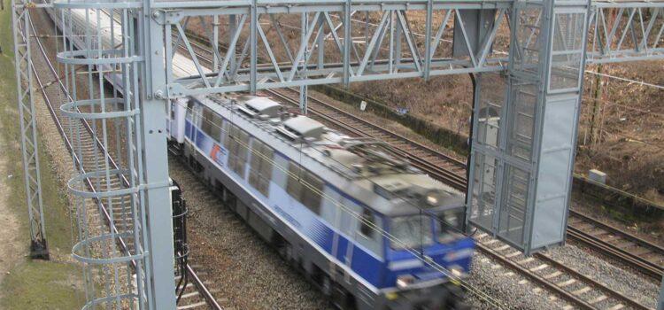 29-latek chciał popełnić samobójstwo skacząc z mostu pod nadjeżdżający pociąg